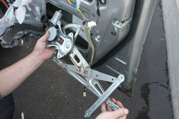 Window regulator, Window motor: how it works, problems